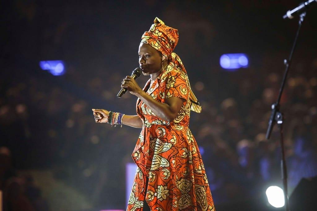Angelique Kidjo si esibisce sul palco dello Sferisterio durante Musicultura 2019